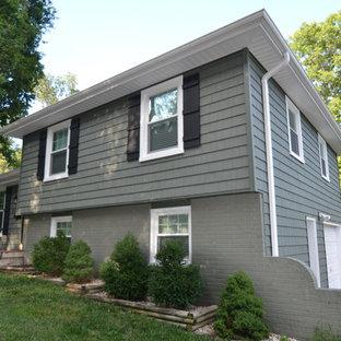 Idéer för ett klassiskt grönt hus i flera nivåer, med vinylfasad