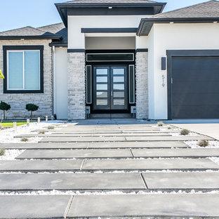 シアトルのコンテンポラリースタイルのおしゃれな家の外観 (漆喰サイディング、寄棟屋根、戸建、板屋根) の写真