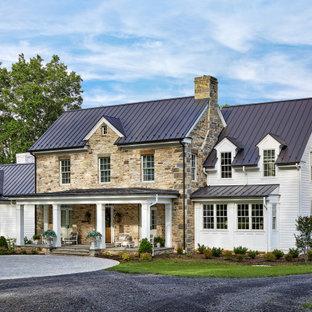 Неиссякаемый источник вдохновения для домашнего уюта: двухэтажный, разноцветный частный загородный дом с комбинированной облицовкой, двускатной крышей, металлической крышей, черной крышей и отделкой планкеном