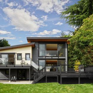 Inspiration för mellanstora moderna flerfärgade hus i flera nivåer, med fiberplattor i betong, pulpettak och levande tak