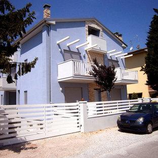 Imagen de fachada azul, contemporánea, pequeña, de tres plantas, con revestimiento de ladrillo