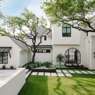 Modelo de fachada de casa blanca, mediterránea, extra grande, de dos plantas, con revestimientos combinados, tejado a dos aguas y tejado de varios materiales