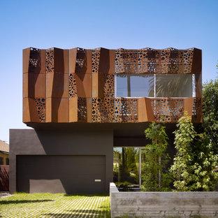 Ispirazione per la facciata di una casa marrone contemporanea a due piani di medie dimensioni con rivestimento in metallo