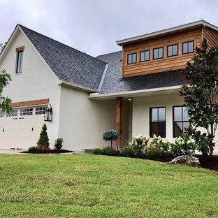 Ejemplo de fachada de casa blanca, nórdica, de tamaño medio, de una planta, con revestimiento de ladrillo, tejado a dos aguas y tejado de teja de madera