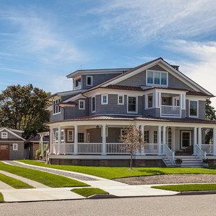 Источник вдохновения для домашнего уюта: серый, большой, трехэтажный частный загородный дом в викторианском стиле с облицовкой из винила, двускатной крышей и металлической крышей