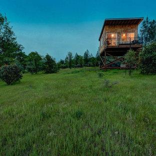 シアトルのラスティックスタイルのおしゃれな家の外観 (木材サイディング、茶色い外壁、アパート・マンション、板屋根) の写真