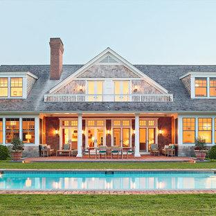 Foto de fachada de casa marrón, tradicional, grande, de dos plantas, con revestimiento de madera, tejado a dos aguas y tejado de teja de madera