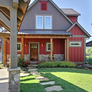Идея дизайна: двухэтажный, красный частный загородный дом среднего размера в стиле кантри с комбинированной облицовкой, двускатной крышей, крышей из гибкой черепицы, отделкой доской с нащельником и отделкой дранкой