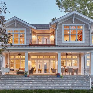 Foto della facciata di una casa grande stile marinaro a due piani con rivestimento in legno