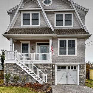 Modelo de fachada de casa gris, marinera, de tres plantas, con revestimientos combinados, tejado a doble faldón y tejado de teja de madera