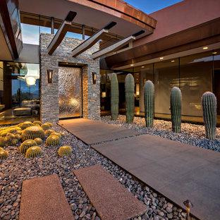 フェニックスのコンテンポラリースタイルのおしゃれな家の外観 (赤い外壁、混合材サイディング) の写真