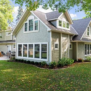Стильный дизайн: большой, двухэтажный, деревянный, серый дом в стиле шебби-шик с двускатной крышей - последний тренд