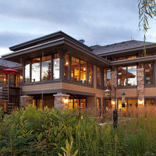 Amerikansk inredning av ett hus, med två våningar, blandad fasad och valmat tak