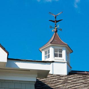Ispirazione per la facciata di una casa grande verde stile marinaro a tre o più piani con rivestimento in legno e tetto a capanna