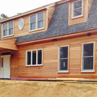 Modelo de fachada marrón, clásica, grande, de dos plantas, con revestimiento de madera y tejado a doble faldón
