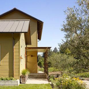 Imagen de fachada amarilla de estilo de casa de campo