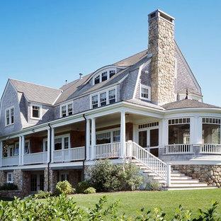 Diseño de fachada multicolor, clásica, grande, de tres plantas, con revestimiento de madera y tejado a doble faldón