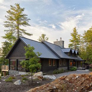 Großes, Braunes Rustikales Einfamilienhaus mit Holzfassade, Satteldach, Blechdach und Dachgaube in Toronto