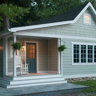 Неиссякаемый источник вдохновения для домашнего уюта: маленький, одноэтажный, зеленый частный загородный дом в морском стиле с облицовкой из ЦСП, двускатной крышей и крышей из гибкой черепицы
