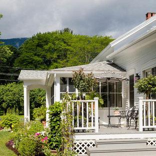 ボストンのシャビーシック調のおしゃれな家の外観 (木材サイディング、切妻屋根、戸建、混合材屋根) の写真
