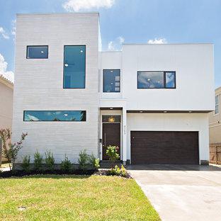 Modelo de fachada blanca, moderna, a niveles, con revestimientos combinados y tejado plano