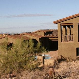 Diseño de fachada marrón, rústica, de dos plantas, con revestimiento de adobe