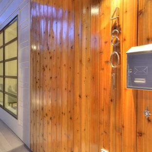 Diseño de fachada blanca, vintage, de una planta, con revestimiento de madera y tejado de un solo tendido
