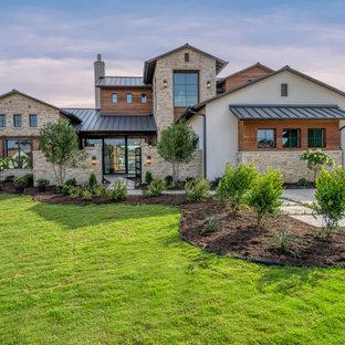 ダラスのトランジショナルスタイルのおしゃれな家の外観の写真