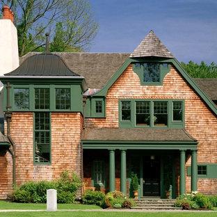 Diseño de fachada verde, tradicional, extra grande, de dos plantas, con revestimiento de madera
