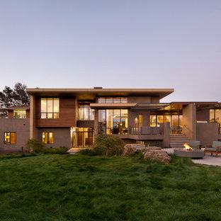 Ejemplo de fachada minimalista, de dos plantas, con revestimiento de hormigón y tejado plano