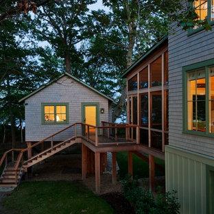 Ejemplo de fachada verde, costera, con revestimiento de madera