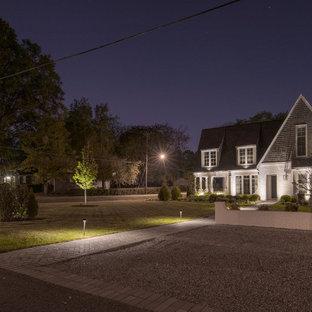 Inspiration för ett stort funkis vitt hus, med sadeltak och tak i shingel