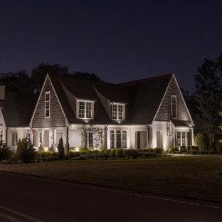 Свежая идея для дизайна: большой, белый частный загородный дом в современном стиле с облицовкой из крашеного кирпича, двускатной крышей и крышей из гибкой черепицы - отличное фото интерьера