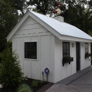Inspiration pour une très grand façade de maison blanche minimaliste à un étage avec un toit à deux pans et un toit en tuile.