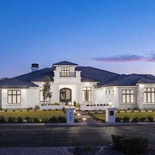 Imagen de fachada de casa blanca, clásica renovada, grande, de una planta, con revestimiento de estuco, tejado a dos aguas y tejado de teja de barro