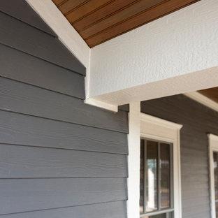 他の地域の中くらいのトランジショナルスタイルのおしゃれな家の外観 (ビニールサイディング、グレーの外壁) の写真