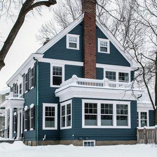 Idee per la facciata di una casa unifamiliare grande blu classica a due piani con tetto a capanna, rivestimento in legno e copertura a scandole