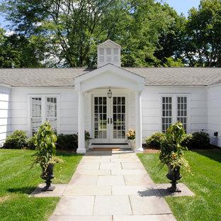 Modelo de fachada blanca, clásica, de una planta