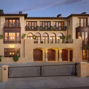 Immagine della facciata di una casa mediterranea a tre o più piani
