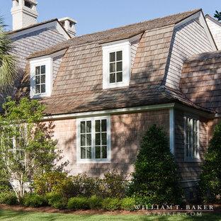 Modelo de fachada de casa gris, costera, grande, de dos plantas, con revestimiento de madera, tejado a doble faldón y tejado de teja de madera