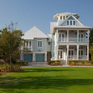 Immagine della facciata di una casa blu stile marinaro a tre o più piani di medie dimensioni