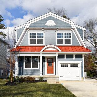 フィラデルフィアのトラディショナルスタイルのおしゃれな家の外観 (青い外壁、赤い屋根) の写真