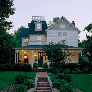 Свежая идея для дизайна: трехэтажный фасад дома в викторианском стиле - отличное фото интерьера