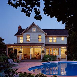 Пример оригинального дизайна интерьера: двухэтажный фасад дома в викторианском стиле