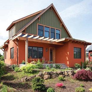 Cette image montre une grand façade de maison orange craftsman à un étage avec un toit à quatre pans et un toit en shingle.