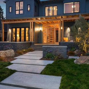 Modelo de fachada gris, rústica, grande, de tres plantas, con revestimiento de madera y tejado a dos aguas