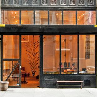 Immagine della facciata di un appartamento nero industriale a tre o più piani di medie dimensioni con rivestimento in metallo