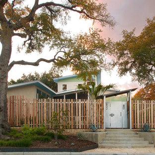 Cette image montre une façade de maison vintage à un étage avec un toit en appentis.