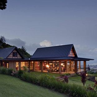 Свежая идея для дизайна: двухэтажный, стеклянный, большой, бежевый частный загородный дом в морском стиле с вальмовой крышей и металлической крышей - отличное фото интерьера