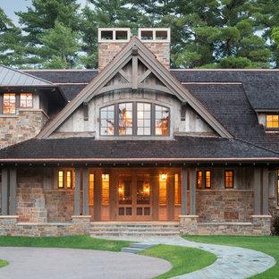 Exempel på ett rustikt hus, med två våningar och blandad fasad